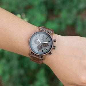 L'orologio in legno si adatta a tutti i polsi.