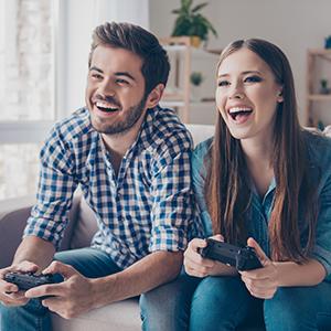 Erkek ve kadın video oyunları oynamak.