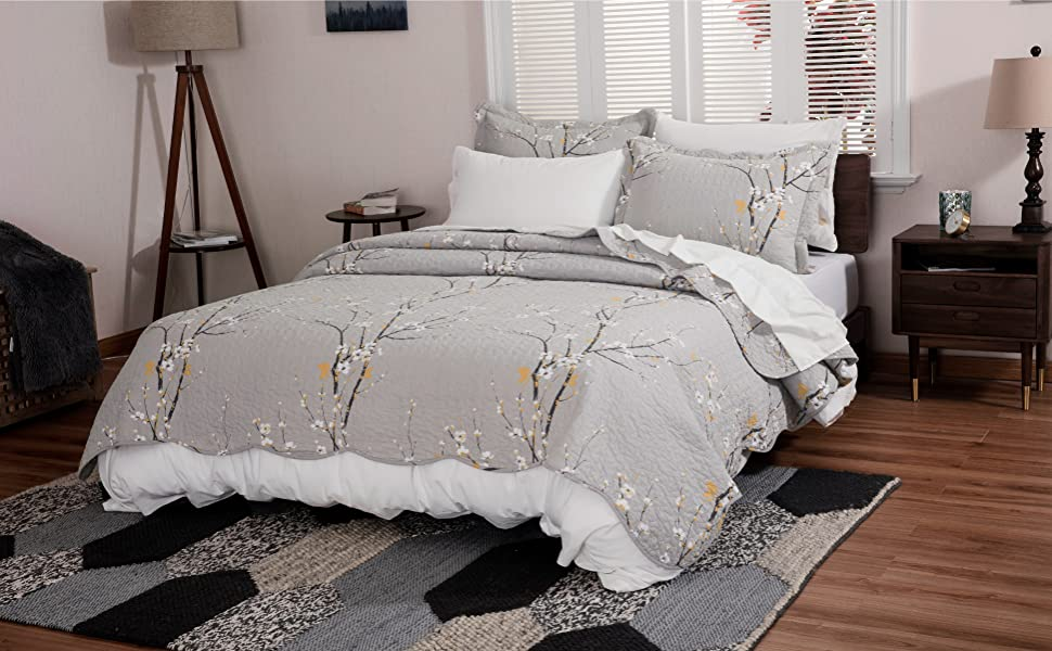 Bedsure Printed Floral Quilt Set is a perfect choice to enhance your bed from functional to fabulous.