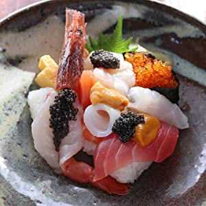 ●キャビアの海鮮寿司 買ってきた握り寿司がキャビアをのせるだけで、一気にパーティー料理の主役に。 宮崎キャビア1983は口溶けの良さが特徴なので、柔らかいネタにのせるのがポイントです。