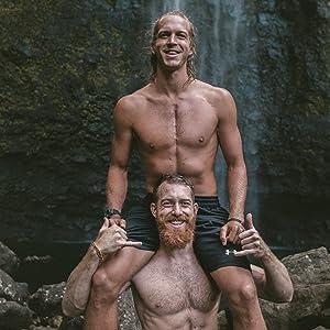 Zwei lachende Männer haben eine gute Zeit am Wasserfall. Sie wirken glücklich und erfrischt