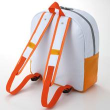 背負いやすい幅広肩ベルト。 肩ひも収納ホック、調整アジャスター付き。