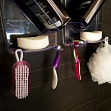 Organizer do prysznica, który starannie trzyma szereg akcesoriów prysznicowych