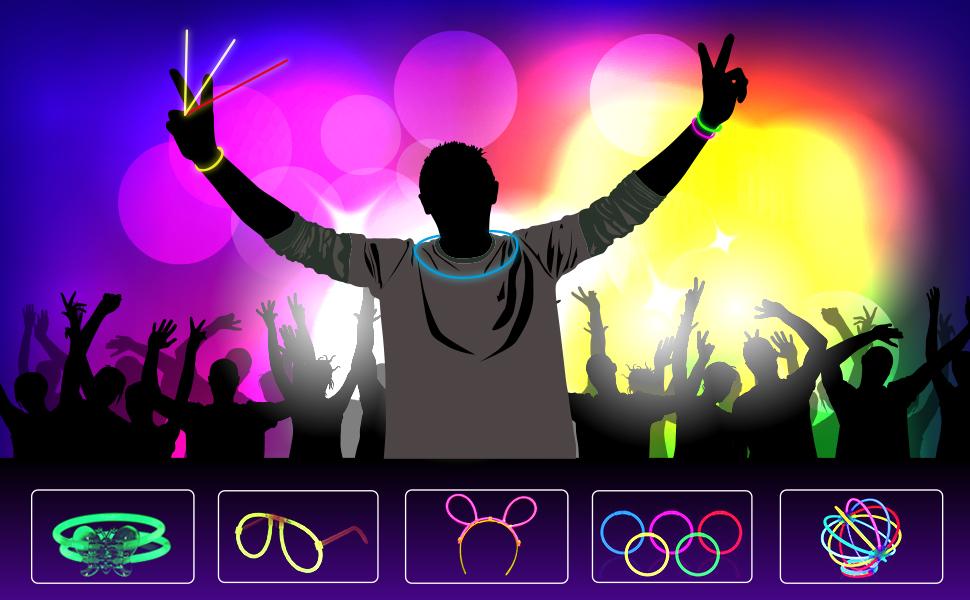 In una festa notturna, la gente ti brulica intorno, indossi braccialetti luminosi e una collana.