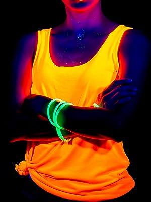 quando hai intenzione di correre di notte, indossi un paio di braccialetti luminosi.