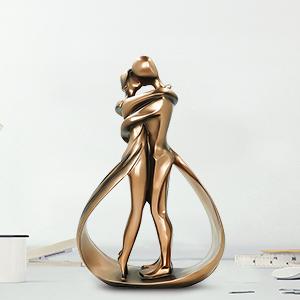 couple kiss sculpture