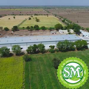 オーガニック認証のヘナ畑の中にあるヘナの工場