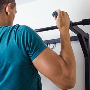 POWRX Barra de dominadas Pared - Pull up Bar Ideal para Entrenar Fuerza y Resistencia - Agarre Antideslizante + PDF Workout (Negro)