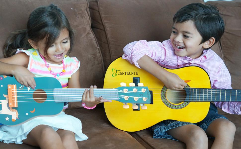 enfant en bas âge guitare temps heureux