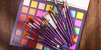 Pigmented eyeshadow + eyeshadow brush