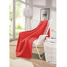 Die kuschelige und große Decke in rot ist die perfekte, praktische Dekoration.