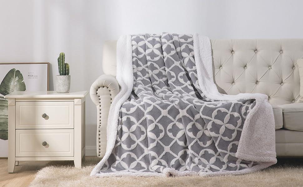 Bedsure Velveteen/Sherpa Blanket Front View