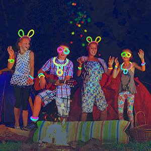 Quando si accampano di notte, i bambini suonano musica e si divertono.
