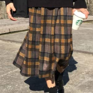 The long length skirt gives a mature impression, and the plaid pattern can also be used as an accent for styling.