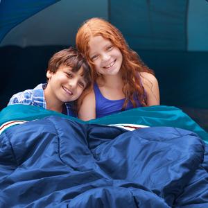 Öffnen Sie den Schlafsack, er kann von zwei Personen benutzt werden