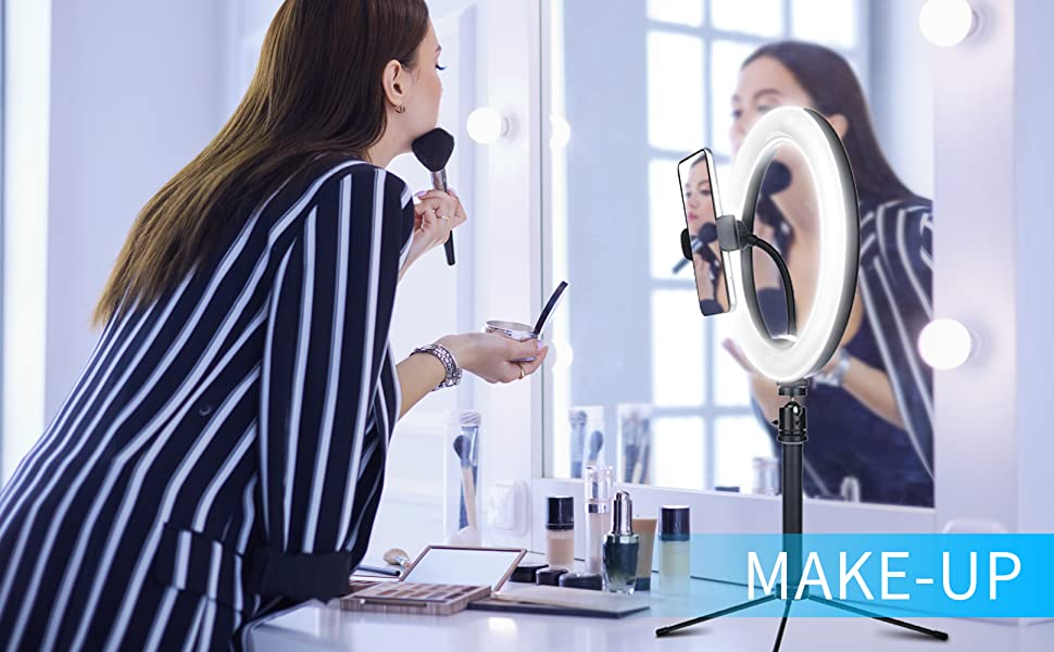 A women use the desk ring light to make-up.