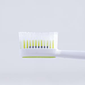 掻き出すだけでは落ちないステインや歯垢まで除去できる唯一のブラシ。