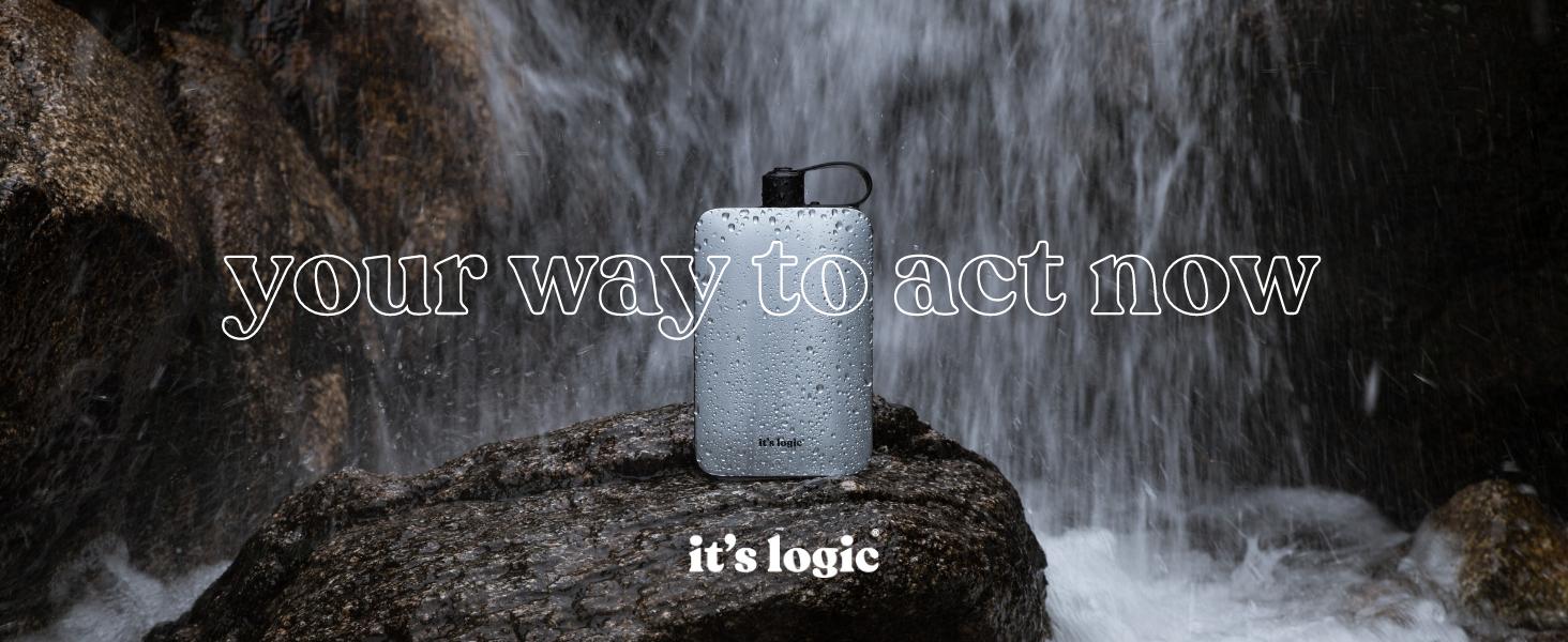 Imagen de la botella plana it's logic con un fondo de cascada de agua natural