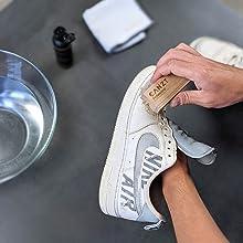 Sneaker mit Bürste säubern.