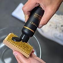 CANZT Reinigungsmittel auf Bürste tropfen.
