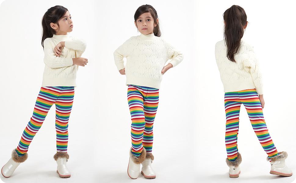 Una niña en pantalones de invierno hacer mover mayor libertad.
