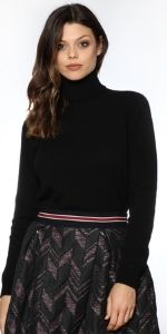 Un maglione che ti farà stare al caldo ed in assoluta comodità grazie al materiale in 100% Cashmere