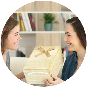 deux amies  soeurs s'offrent un cadeau