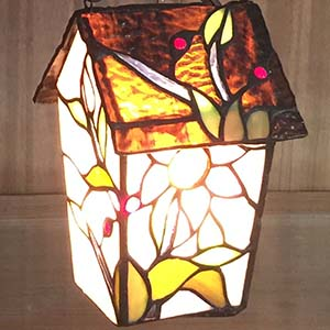 Bieye L10617 birdhouse Tiffany style stained glass table lamp