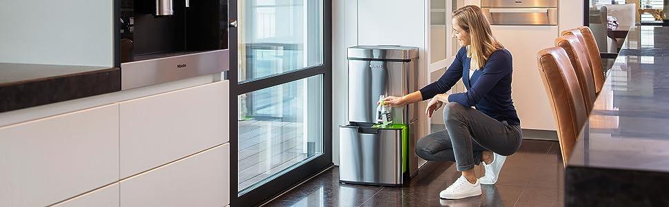 Cubo de basura de 70 litros con sensor y vida útil automática.