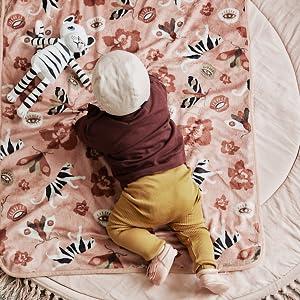 Baby med filt och gosedjur