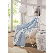 Die kuschelige und große Decke in babyblau ist die perfekte, praktische Dekoration.