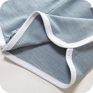 Pants con bordes acabados a contraste y aberturas laterales.