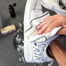 Schaum vom Sneaker mit dem CANZT FibrTuch abwischen.