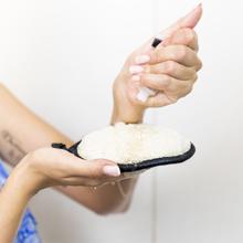 mettre un gel douche ou un savon sur le gant en sisal