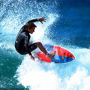 hombres practicando surf boxers