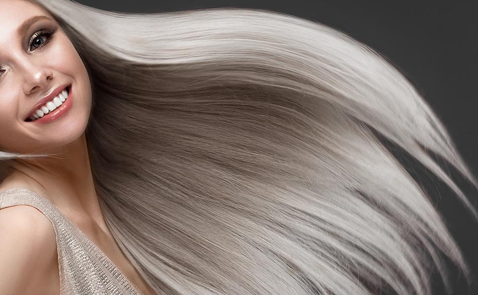 Genießen Sie Ihren neuen Blondton! Freudige Frau mit schönen Haaren.