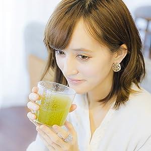 青汁を飲む