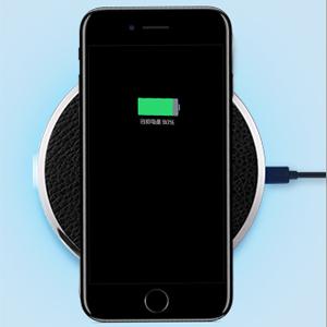 3.急速誘導充電のために無線充電器にうまくインストールされた電話を落とす