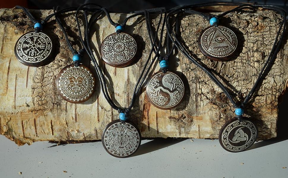 Collana in legno argentato.