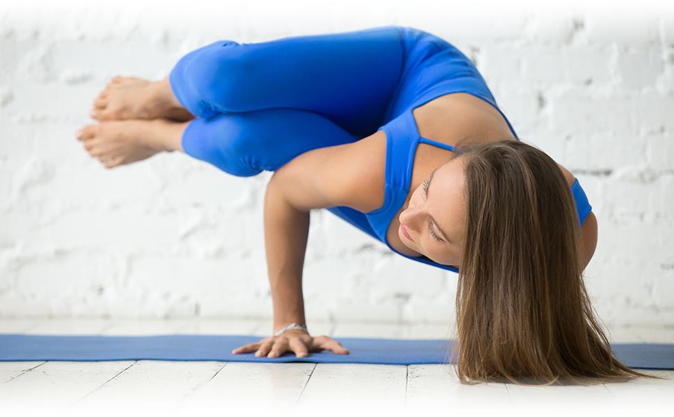 Een mooie yogi presteert Side Crow Pose Parsva Bakasana