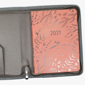 Copertina in ecopelle Tasche porta documenti interne Elastico porta penna Chiusura con una zip