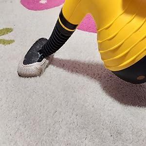 Vaporizador limpiando una moqueta