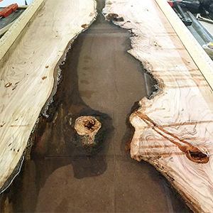 Do-it-yourself wooden river table using pourable plastic casting resin from Incredible Solutions