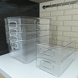 Les petites boîtes de réfrigération transparentes sont empilées les unes sur les autres.