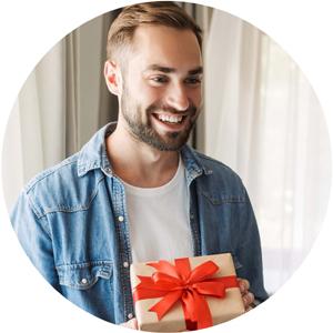 jeune homme offre un cadeau a sa femme