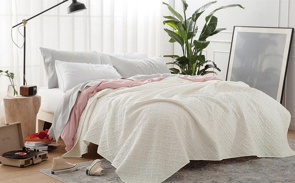 Bedsure Tagesdecke 200x220 wei/ß Schlafzimmer als Steppdecke Sommer Komfort und Weich Wohndecke aus Mikrofaser mit Ultraschall gen/äht Bett/überwurf 200 x 220 cm f/ür Bett
