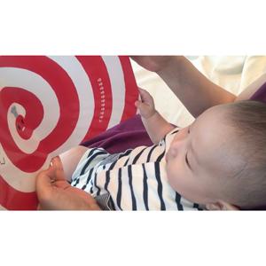 月齢の低い赤ちゃんに本を見せるときは