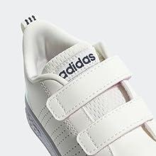 Estas zapatillas lucen un diseño estilizado para los pies más pequeños.