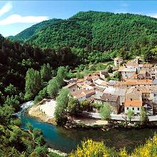 アベンヌ温泉水は地球の恵み、アベンヌ村の産地に降った雨がフランスで最も古い複雑な地層を50年以上かけて通り抜け、肌にいいアベンヌ温泉水として湧き出るのです