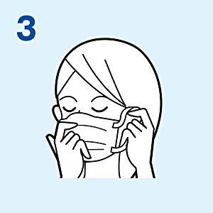 3.マスクを押さえた状態で耳ゴムを掛けます。